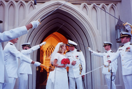 ceremonia, ceremonia militar, boda, novios, pase de sables, protocolo, marina, armada, ejercito, guardia civil, boda princesa, espadas, compañeros, novio militar