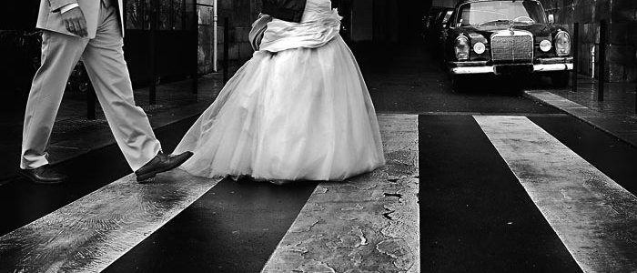 novia, vestido, moderno, pareja, paseo, cuero